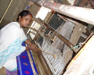 Alaka_Das_Rajbongshi_weaving_clothes_with_the_loom[1]